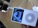 iPodがビデオを再生する様子